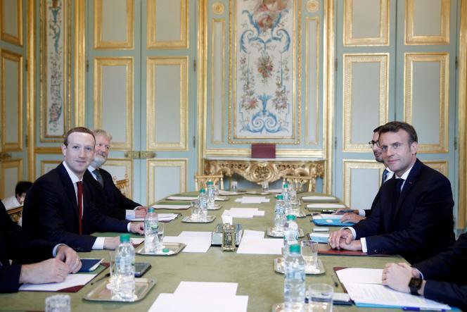 Le fondateur de Facebook Mark Zuckerberg (à gauche) rencontrait, vendredi 10 mai, le président français Emmanuel Macron (à droite).