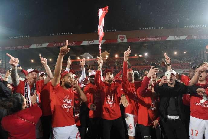 Les joueurs de Brest célèbrent leur victoire face à Niort, vendredi 10 mai, synonyme de retour en Ligue 1 pour la saison 2019-2020.