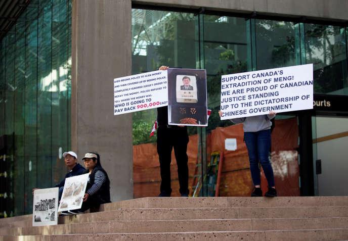 Des personnes affichent leur soutien à l'extradition aux Etats-Unis de Meng Wanzhou, la directrice financière du géant chinois des télécommunications Huawei, devant la Cour suprême de la Colombie-Britannique (ouest du Canada), le 8 mai.