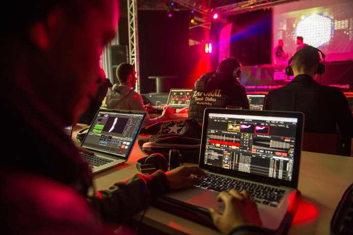 Après une première école des DJ ouverte à Lyon en 2001, l'UCPA a inauguré celle du Futuroscope de Poitiers (Vienne) en2014, qui délivre des titres inscrits au répertoire national des certifications professionnelles.