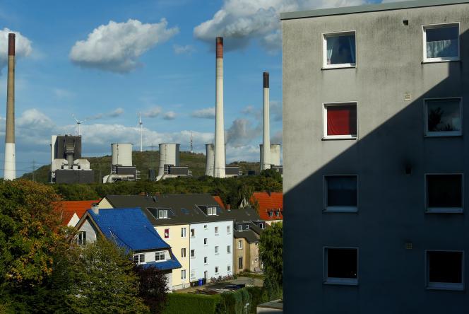 Une centrale électrique à charbon, derrière les habitations de Gelsenkirchen (Rhénanie-du-Nord-Westphalie, en septembre 2018. La ville est la lanterne rouge de l'Allemagne en matière de pauvreté.