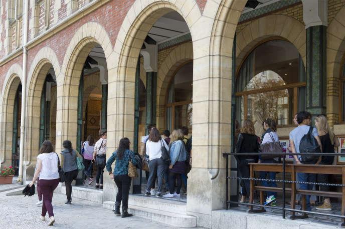 L'Institut catholique de Paris, rue d'Assas, a le statut d'établissement privé d'enseignement supérieur d'intérêt général.