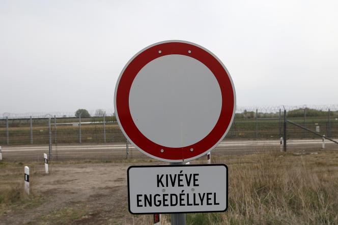 A la frontière avec la Serbie, à Asotthalom, en Hongrie, le 8 avril.
