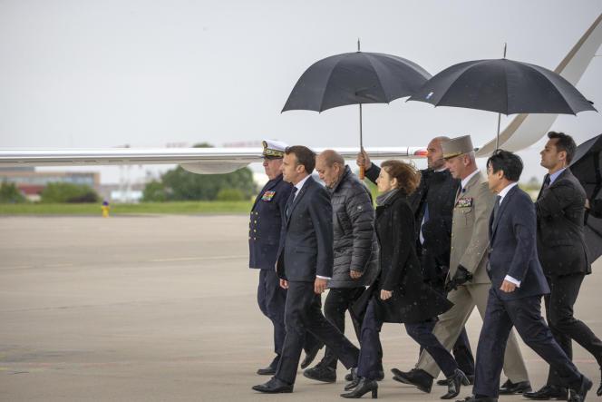 Emmanuel Macron, Jean-Yves Le Drian et Florence Parly sur le tarmac de Villacoublay, le 11 mai.