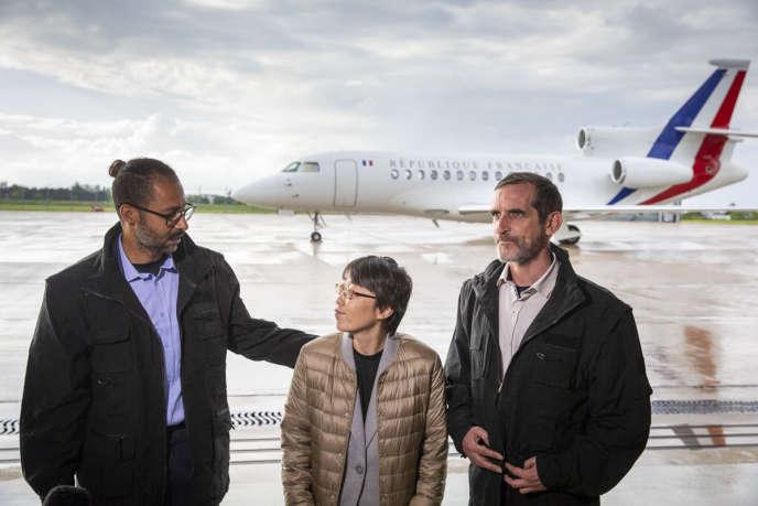 Patrick Picque (à droite), Laurent Lassimouillas (à gauche) et Kisoon Jang, une ressortissante sud-coréenne elle aussi libérée, parlent à la presse à leur arrivée à Villacoublay, le 11 mai.