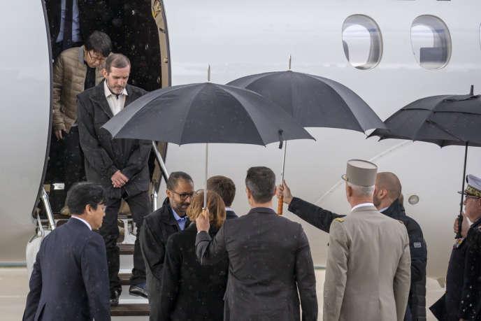 Les otages libérés par les forces spéciales dans le nord du Burkina Faso sont accueillis par Emmanuel Macron à leur arrivée àVillacoublay, le 11 mai.