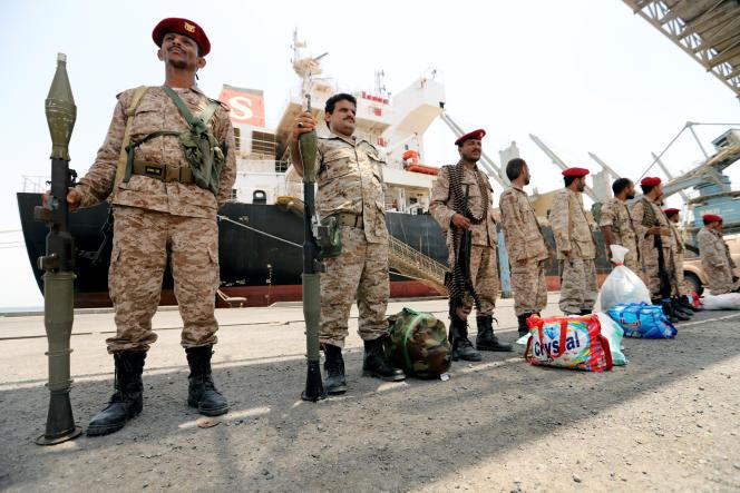 Des rebelles houthistes devant le port d'Hodeïda (Yémen).
