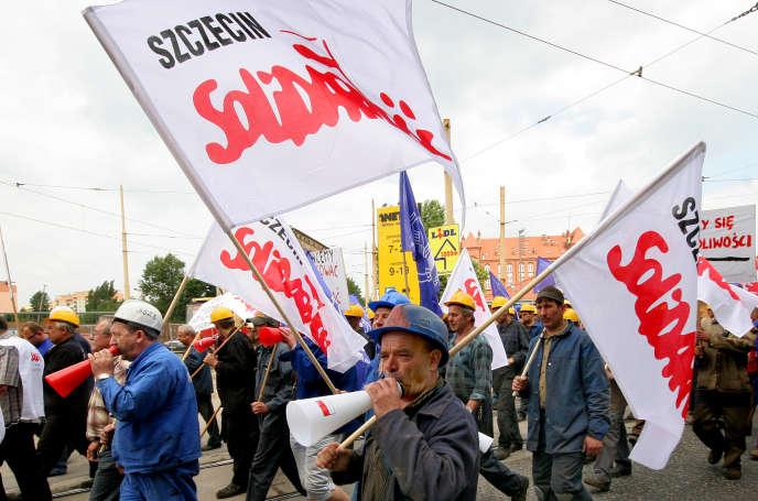 Des ouvriers des chantiers navals de Szczecin, en Pologne, protestent contre des projets de réorganisation, le 10 juillet 2008.