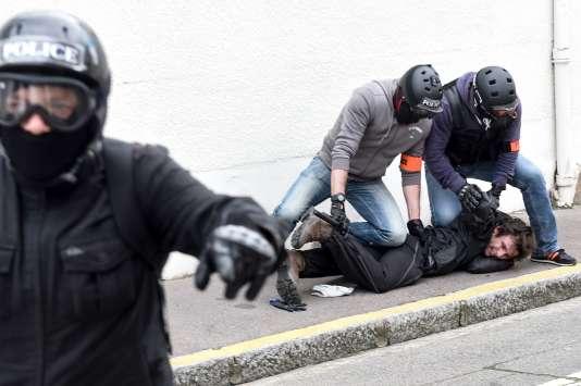 Interpellation par la police d'un manifestant, lors de la 26e journée d'action des « gilets jaunes», à Nantes, samedi 11 mai.