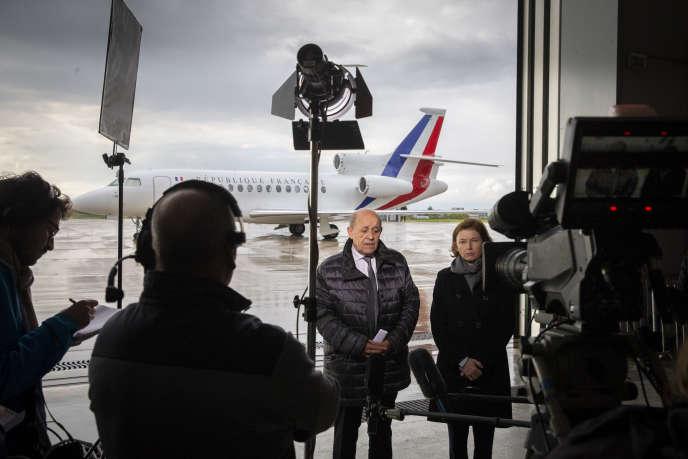 Les ministres Jean-Yves Le Drian et Florence Parly s'adressent à la presse lors de l'arrivée des ex-otages français libérés, à Villacoublay, le 11 mai.