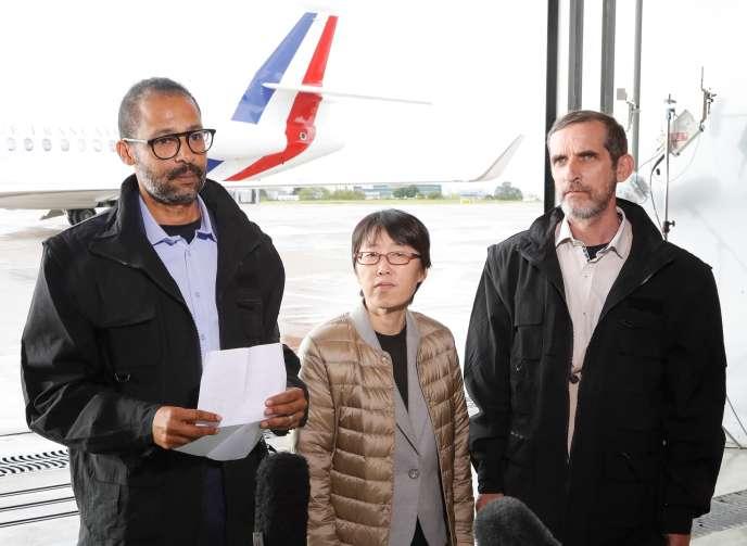 Patrick Picque et Laurent Lassimouillas, en compagnie de l'otage sud-coréenne, le 11 mai 2019 à Paris.