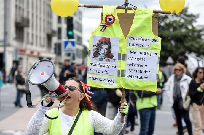 Une femme brandit une pancarte « manifester est mon droit », le 11 mai 2019 à Nantes.