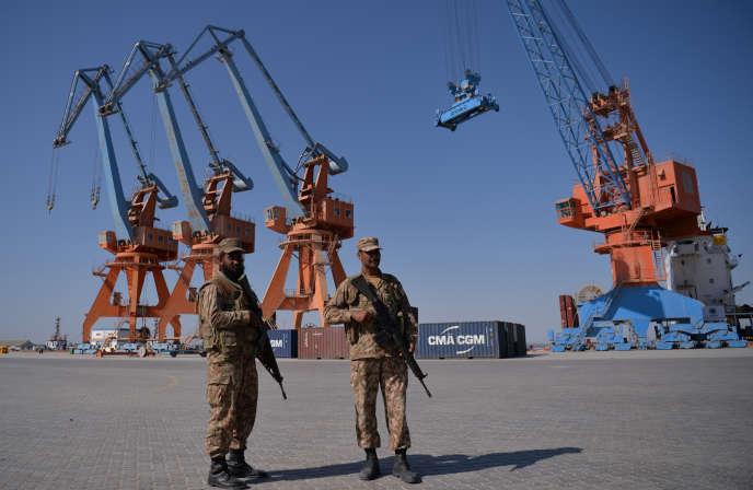 Le 13 novembre 2016, des soldats pakistanais montaient la garde près d'un navire transportant des conteneurs au port de Gwadar, à quelque 700 km à l'ouest de Karachi, pendant la cérémonie d'ouverture d'un programme commercial entre le Pakistan et la Chine.