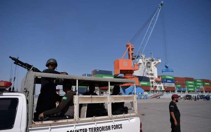 Des forces de sécurité pakistanaises patrouillent dans le port de Gwadar, à 700 km à l'ouest de Karachi, le 13 novembre 2016.La cité portuaire doit devenir le point d'ancrage sur la mer du Corridor économique Chine-Pakistan (CPEC).