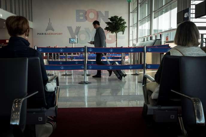 Des voyageurs attendent leur vol à l'aéroport d'Orly, le 9 mai.