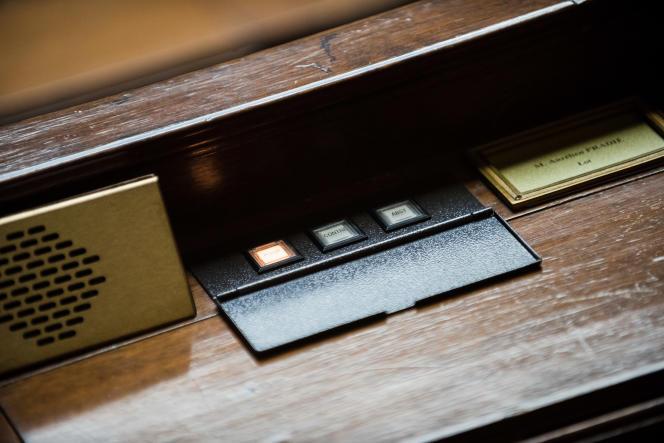 Des boutons de vote sur l'un des pupitres de l'hémicycle de l'Assemblée nationale, le 10 mai.