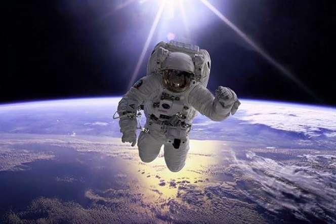 Wajdi Mouawadne recule devant rien, même pas à un départ en fusée pour l'espace.