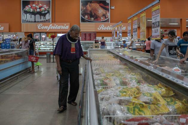 Le20 avril, au supermarché Atacado Machado de Matupa (Brésil), le chef Raoni a acheté du poulet congelé, du saucisson au poulet, du riz, du café, du sucre, des briquets et du tabac avant de rentrer à son village.