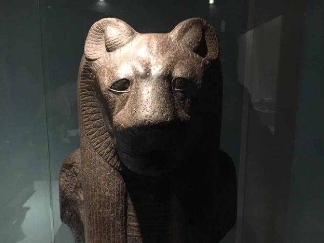 Partie supérieure de la déesse Sekhmet, temple de Mout, Karnak (Haute Egypte), 18e dynastie, règne d'Amenhotep III (1388-1381 av.J.-C.).