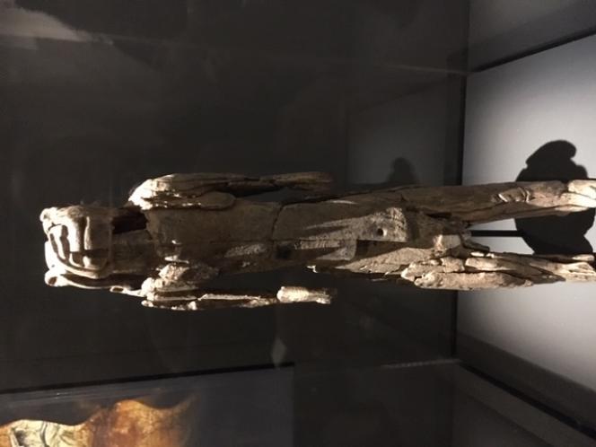 L'Homme-Lion en ivoire de mammouth, a été découvert en 1939 dans la grotte du Stadel, de la vallée de la Lone, au sud-est de l'Allemagne. Une statuette constituée de 119 fragments, sur 31 centimètres de haut, après sa restauration menée à la suite des fouilles de 2009 à 2012 à Hohlenstein.