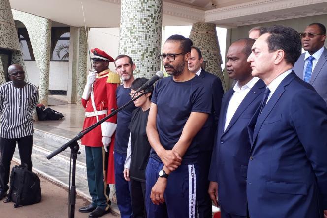 Patrick Picque et Laurent Lassimouillas, à Ouagadougou, lors d'une rencontre avec le président burkinabé Roch Kaboré, le 11 mai.