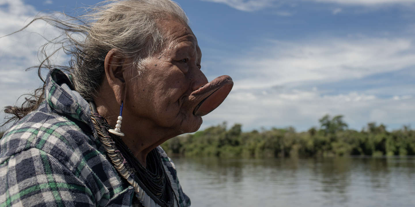 Peixoto de Azevedo, Mato Grosso, Brazil, 21 april 2019: Raoni Metuktire in the village Metuktire. The report of Le Monde accompanied a trip of Raoni, starting from the urban center of the city of Peixoto de Azevedo to the Metuktire village on the banks of the Xingu River. The cacique is a Brazilian indigenous leader of the Kayapó ethnic group. He is known internationally for his struggle to preserve the Amazon and indigenous peoples. Photo: Avener Prado