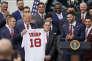 Donald Trump en compagnie du frappeur des Red Sox J.D. Martinez, à la Maison Blanche, le 9 mai.