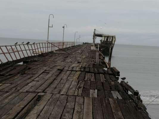 Un bâtiment écroulé sur un ponton de Puerto Armuelles, au Panama, après le séisme du 12 mai.