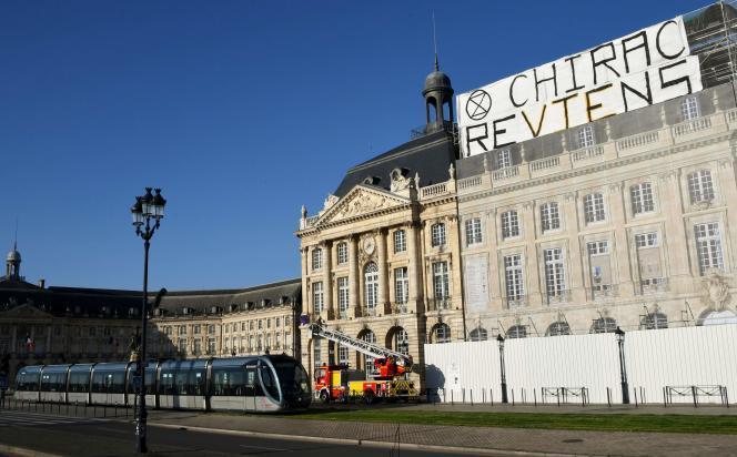 Unebanderole« Chirac reviens» sur la place de Bourse à Bordeaux, le 12 mai.