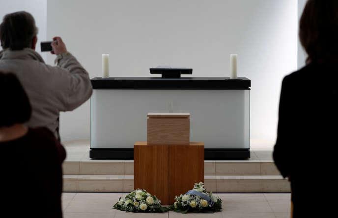 Les restes microscopiques de victimes du nazisme pendant la cérémonie d'inhumation à Berlin, le 13 mai.