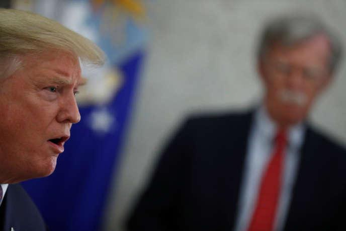 Donald Trump avec, en arrière-plan, son conseiller à la sécurité nationale, John Bolton, à Washington, en mai 2019.