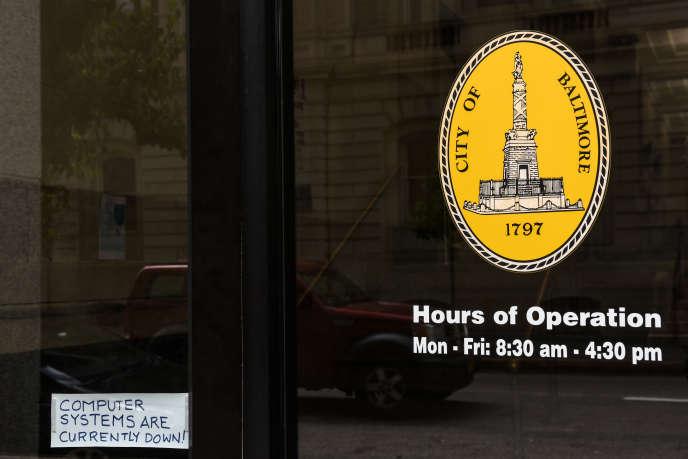 «Les systèmes informatiques sont indisponibles», indique un écriteau placé sur une porte de la mairie de Baltimore (Maryland), le 10mai.