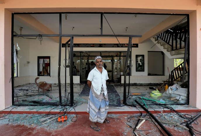 Un musulman devant une mosquée de Kiniyama, au Sri Lanka, le 13 mai 2019.