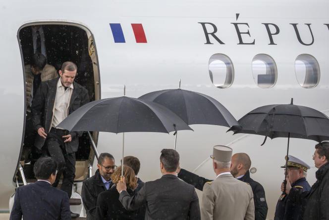 Emmanuel Macron accueille Patrick Picque et Laurent Lassimouillas, ex-otages français libérés dans la nuit du 9 au 10 mai par les forces spéciales dans le nord du Burkina Faso, à Villacoublay, samedi 11 mai.