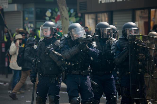 Des CRS lors de la manifestation des « gilets jaunes», à Paris, le 1er mai.
