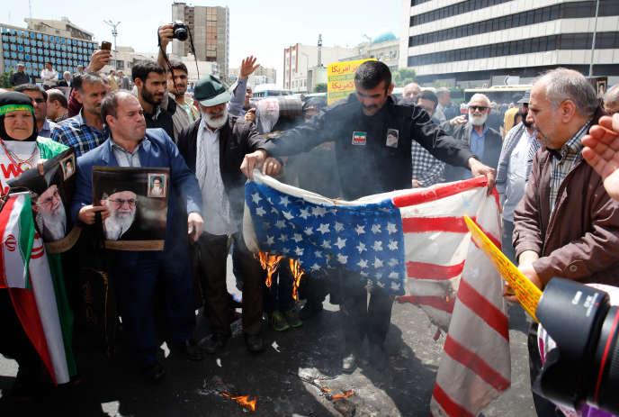 Des manifestants iraniens brûlent un drapeau américain lors d'un rassemblement à Téhéran, le 10 mai.