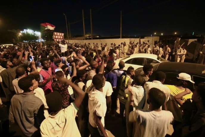 Manifestations à proximité du siège de l'armée soudanaise, le 13 mai.