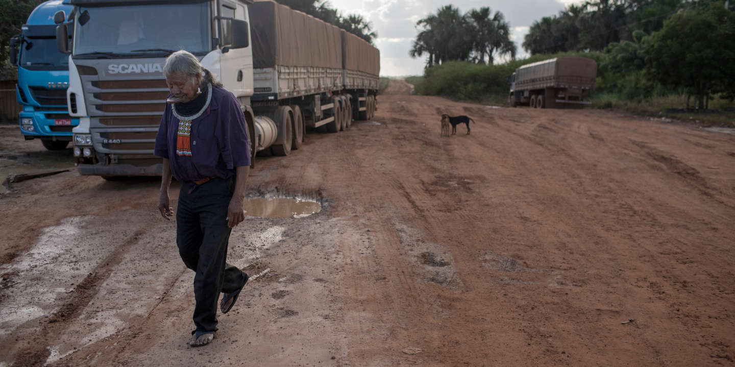 Marcelândia, Mato Grosso, Brazil, 20 April 2019: Raoni Metuktire, chieftain Kayapó during the trip. Small trades along the MT-322 highway to meet travelers, mostly truckers. The report of Le Monde accompanied a trip of Raoni Metuktire, starting from the urban center of the city of Peixoto de Azevedo to the Metuktire village on the banks of the Xingu River. Photo: Avener Prado