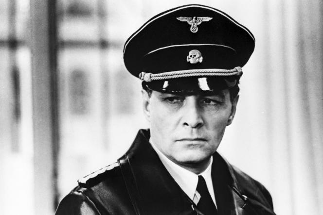 Vyacheslav Tikhonov dans le rôle d'Issaiev-Stierlitz, dans la série télévisée soviétique « Dix-sept moments de printemps », adaptée du roman de Julian Semenov (1973).