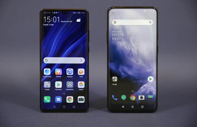 A gauche le Huawei P30 pro, à droite le One Plus 7 Prodont la surface d'écran est 10% plus grande.