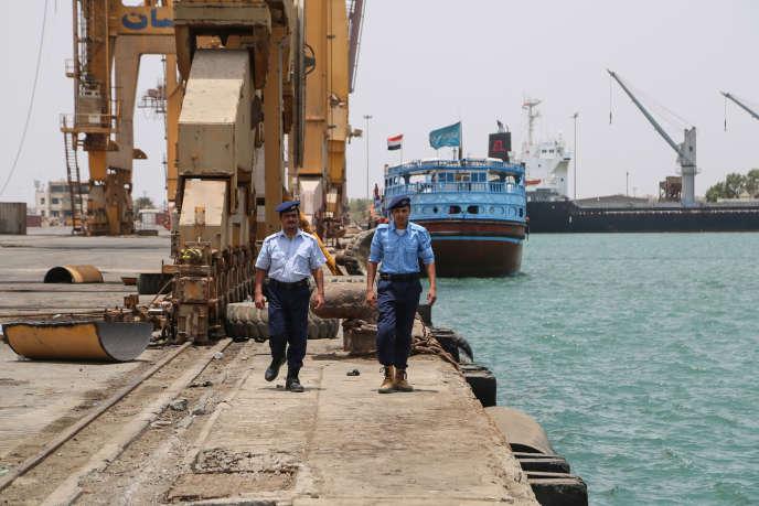 Des gardes-côtes yéménites dans le port de Salif, dans la province occidentale de Hodeida (Yémen), après le retrait des combattants rebelles, le 13 mai 2019.