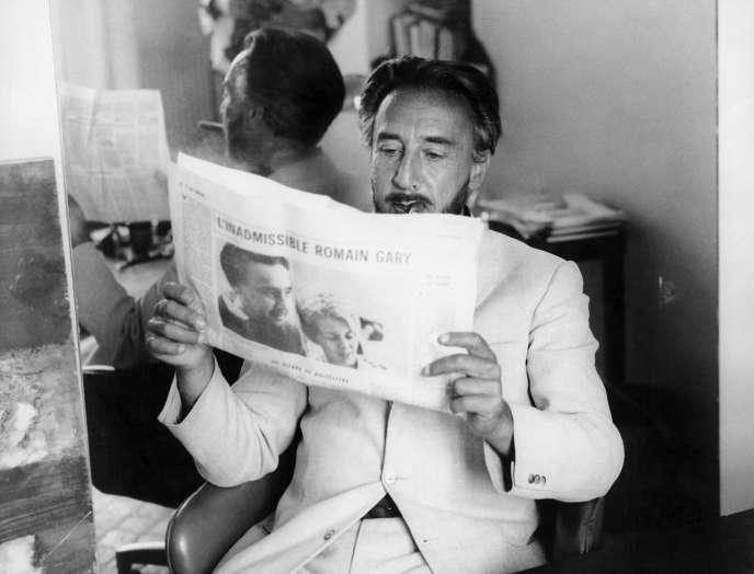 L'écrivain Romain Garyvu par Louis Monier, années 1960.