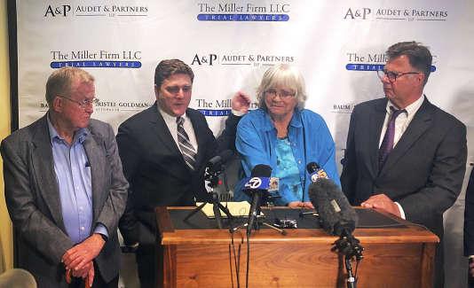 Alva et Alberta Pilliod avec leurs avocats, le 13 mai à San Francisco, suite à la condamnation de Bayer.