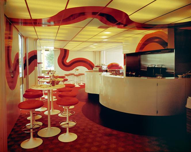Cafétériade station-service conçue pour Shell (1967-1974). Revêtement du bar et décor mural en stratifié, plafond lumineux en polycarbonate.