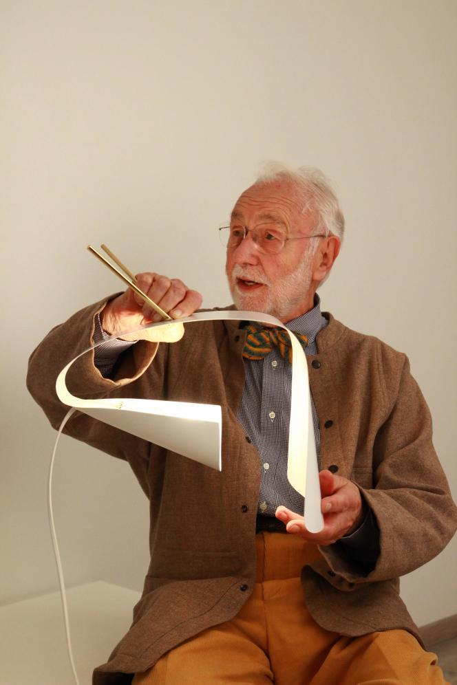 Michel Buffet avec la lampe à poser B201 (création de 1953) en tôle peinte en blanc et laiton verni.