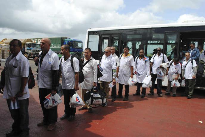 Du personnel médical cubain, lors d'une mission au Liberia, à Monrovia, en octobre 2014.