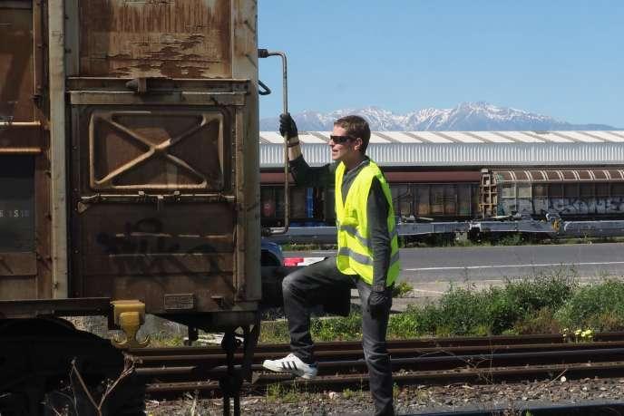 Un salarié de la SNCF vérifie le train de fret Perpignan-Rungis, en mai 2019.
