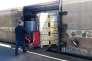 Un employé place des palettes de primeurs dans le train se rendant à Rungis (Val-de-Marne), à la gare Saint-Charles de Perpignan (Pyrénées-Orientales), le 14 mai 2019.