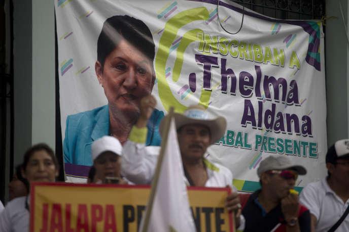 Des militants du parti Semilla protestent contre la décision de la Cour constitutionnelle guatémaltèque de ne pas inscrire l'ex-procureure Thelma Aldana comme candidate à la présidentielle prévue le 16 juin. Le 14 mai à Guatemala.