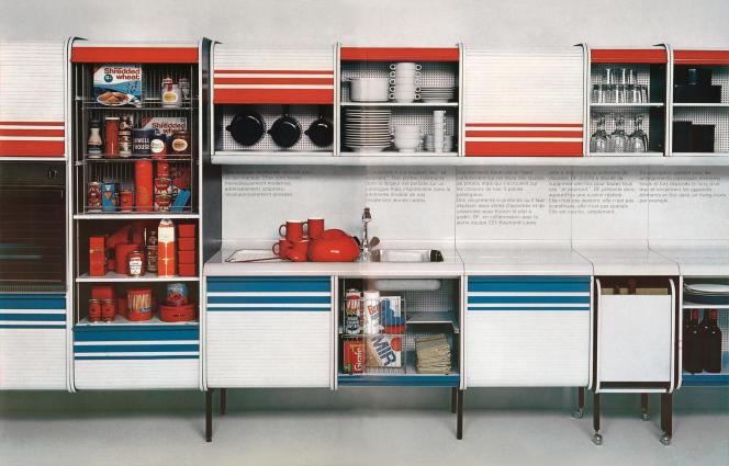 Cuisine modulaire DF 2000 en panneaux de particules laqués, rideaux roulants et piètements métalliques (CEI, 1969).